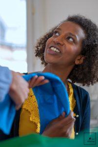 Femme reportage foulards couleur