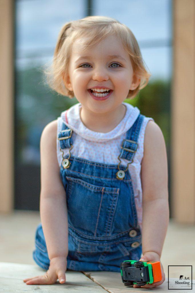 Enfant jouant et souriant